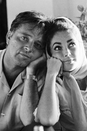 Elizabeth-Taylor-and-Richard-Burton-Love