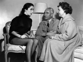 on-the-set-elizabeth-taylor-and-his-parents-francis-and-sara-taylor-love-is-better-than-ever-1_u-l-q1c3f2i0